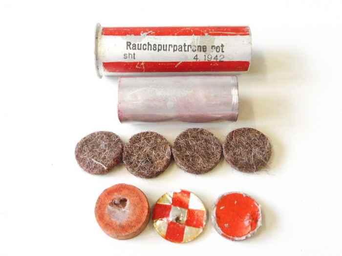 rauchspurpatrone-rot-komplett-delaboriert-frei-von-jeglichen-gefahrstoffen-datiert-1942.jpg
