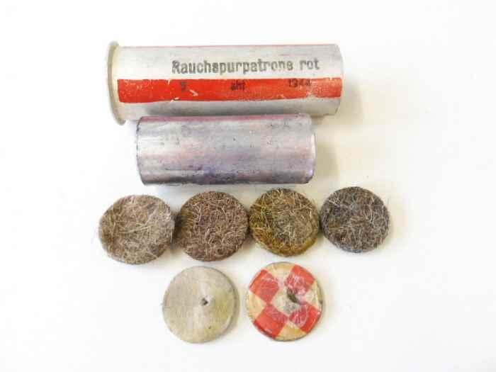 rauchspurpatrone-rot-komplett-delaboriert-frei-von-jeglichen-gefahrstoffen-datiert-1944.jpg